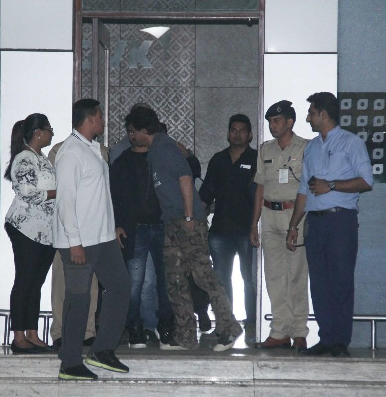 Raees Promotions,Raees,Raees movie Promotions,Shah Rukh Khan,SRK,Sachin Joshi meets Shah Rukh Khan,Sachin Joshi,Kalina Airport