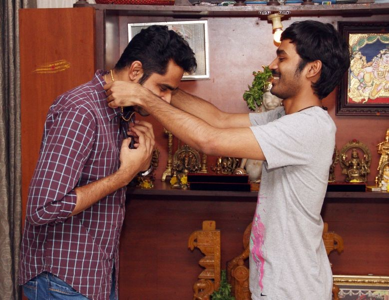 Dhanush Gifted Gold Chain For Maari Team,Actor Dhanush,Tamil Actor Dhanush Gifted Gold Chain For Maari Team,Tamil Movie Maari Team,Dhanush Gifted Gold Chain,Dhanush Gifted Gold Chain Picture,Dhanush Gifted Gold Chain Photos,Dhanush Gifted Gold Chain Image