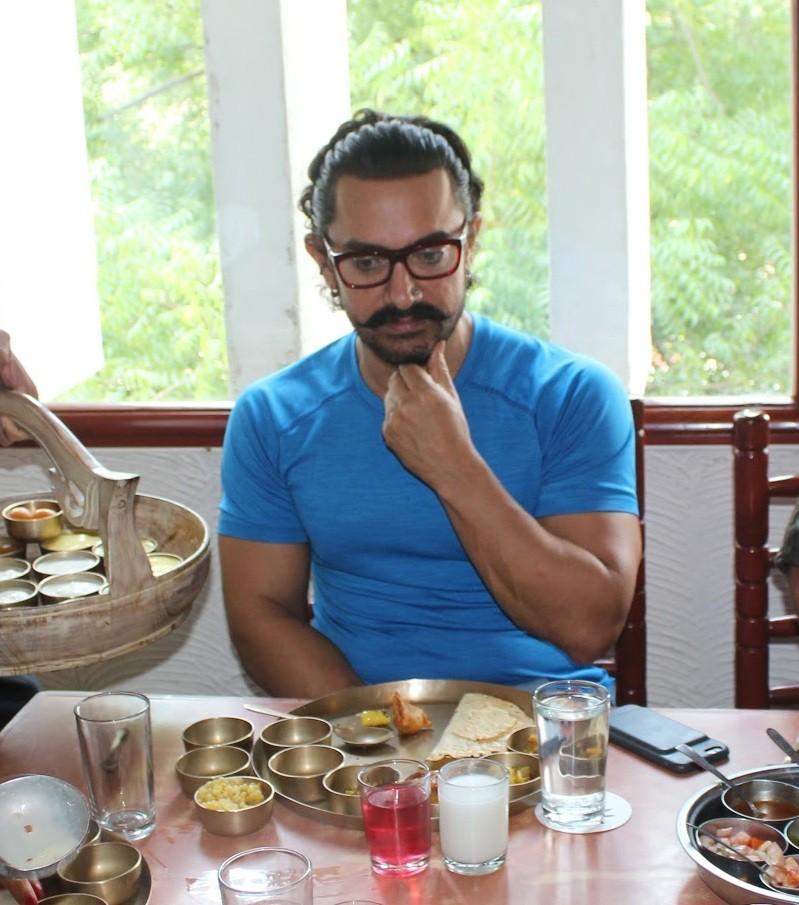 Aamir Khan,actor Aamir Khan,Gujarati Thali,Gujarati Thali in Baroda,Secret Superstar,Secret Superstar promotion,Secret Superstar movie promotion