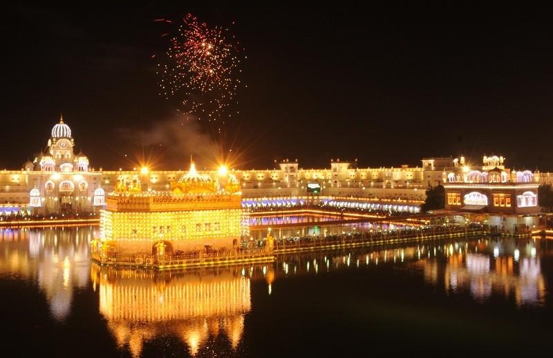 Guru Nanak Jayanti,Golden Temple,golden temple amritsar,golden temple with sky lanterns,Guru Nanak,Indian Festival,Festivals in India