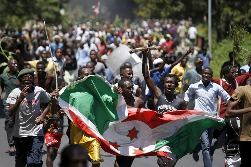 Crowds cheer as Burundi army officer says he has deposed absent president,Burundi Coup,President Nkurunziza,Nkurunziza,Burundi coup attempt