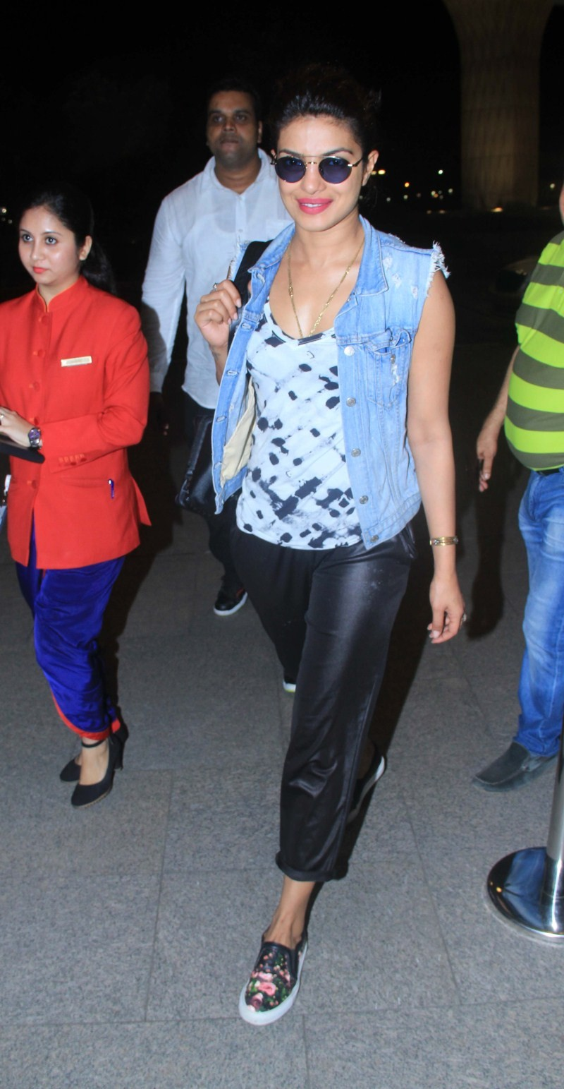 Priyanka Chopra spotted at Airport,Priyanka Chopra at Airport,Priyanka Chopra,actress Priyanka Chopra,Priyanka Chopra pics,Priyanka Chopra images,Priyanka Chopra stills,Priyanka Chopra picutres,hot Priyanka Chopra,Priyanka Chopra hot pics,Priyanka Chopra