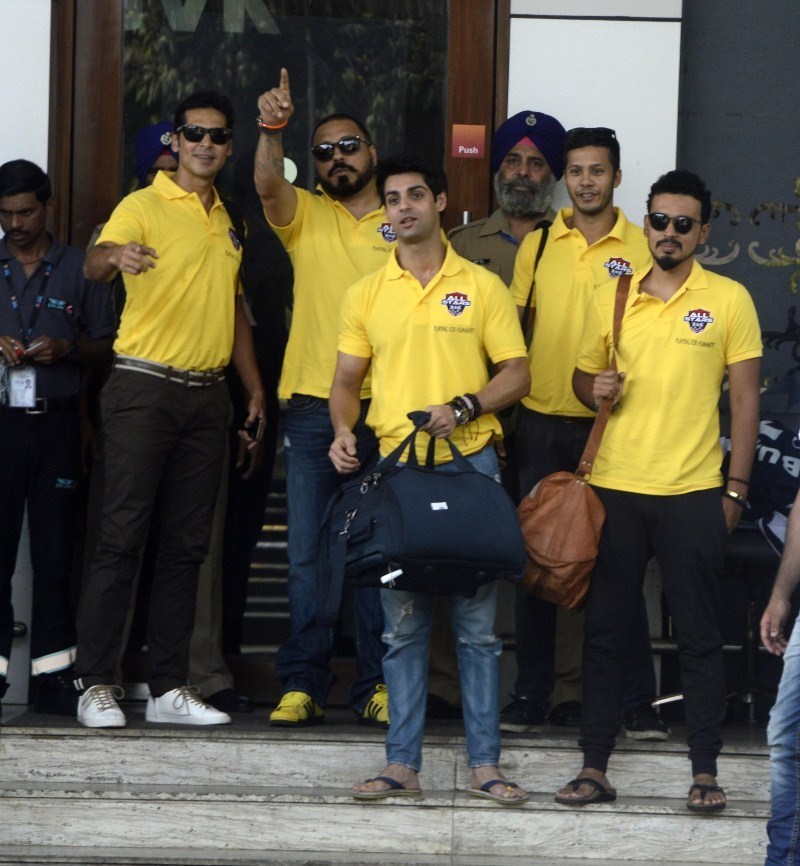 Celebrities spotted at Mumbai Airport,celebs spotted at Mumbai Airport,celebs at airport,bollywood celebs at airport,Celebs spotted,Celebs At Airports,B-Town stars spotted at the airport,Celebs spotted at the airport,Bollywood celebs snapped at the Mumbai