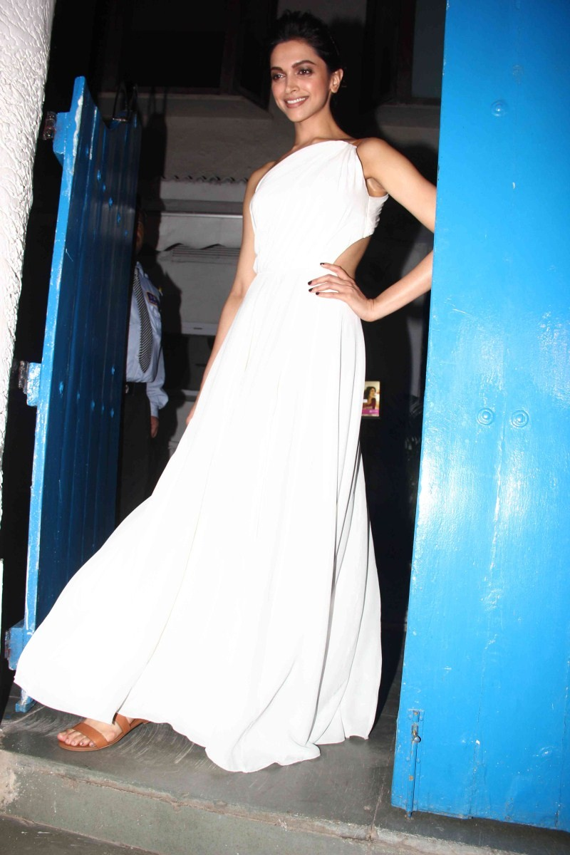 Deepika Padukone snapped at Olive Bar,Deepika Padukone,actress Deepika Padukone,Deepika Padukone at olive bar,Deepika Padukone pics,Deepika Padukone images,Deepika Padukone stills,Deepika Padukone photos,Deepika Padukone in white dress,Deepika Padukone la
