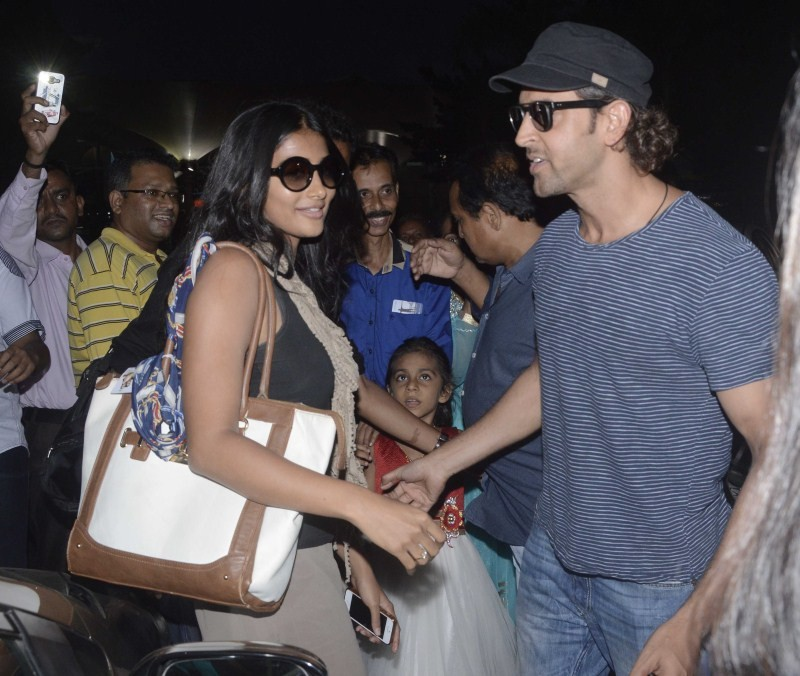 Hrithik Roshan and Pooja Hegde spotted at Mumbai airport,Hrithik Roshan spotted at Mumbai airport,Pooja Hegde spotted at Mumbai airport,Mohenjo Daro,bollywood movie Mohenjo Daro,actor Hritik Roshan,Hritik Roshan pics,Hritik Roshan images,Hritik Roshan pho