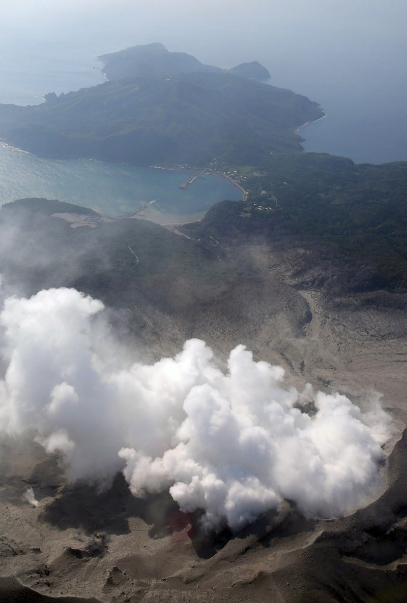Japan's Shinmoedake Volcano Erupts,Shinmoedake Volcano Erupts,Mount Shindake volcano,volcano,eruption of Japan's,Volcanic lightning,japan's shinmoedake volcano erupts,volcanic lightning is seen above shinmoedake,shinmoedake peak erupts