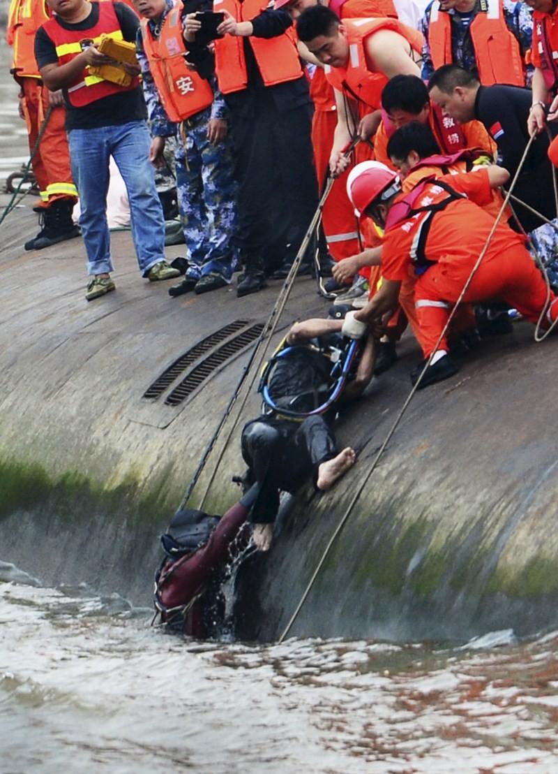 Heroic Diver Saves Crew Member,Professional diver Guan Dong,Guan Dong,Chinese Premier Li Keqiang,Yangtze River