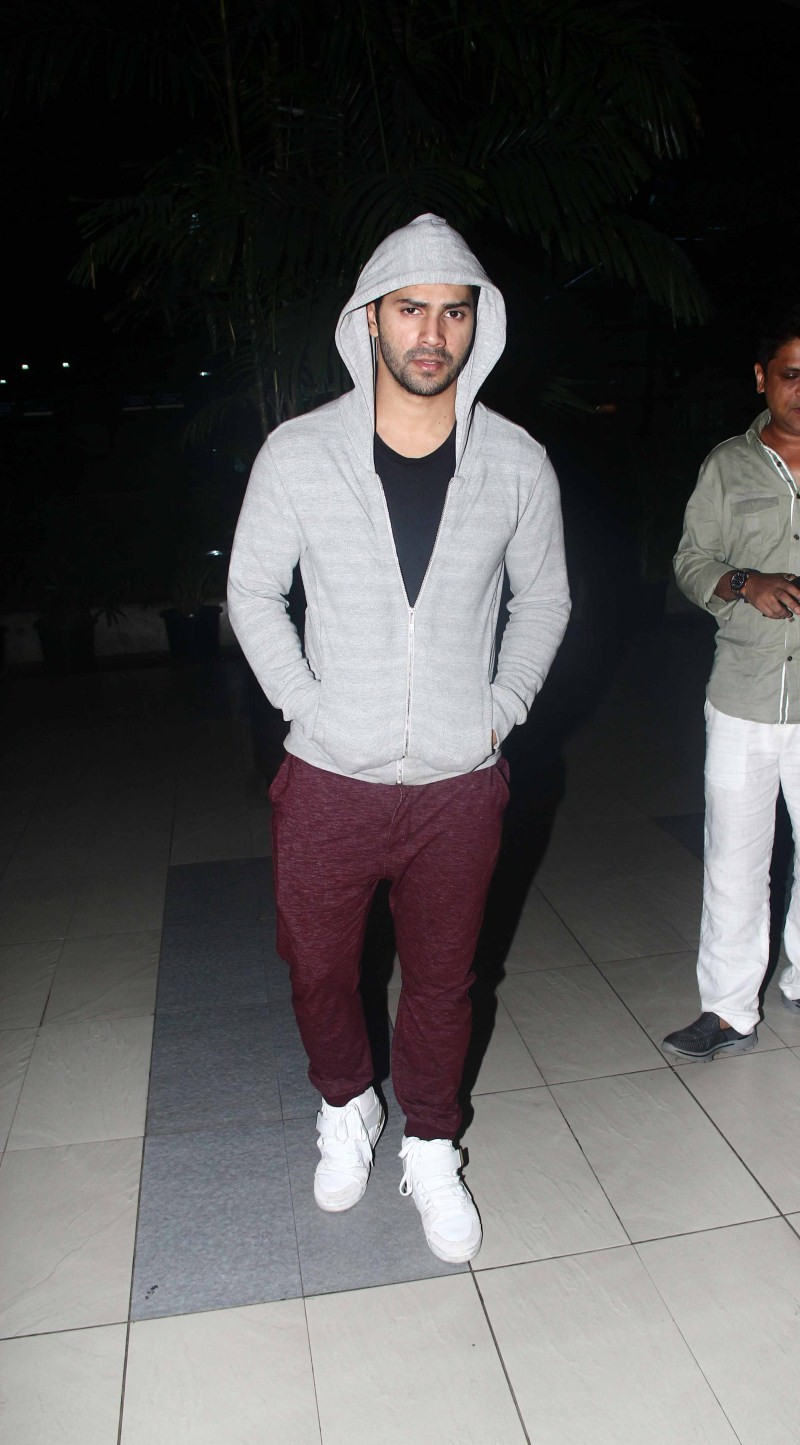 Varun Dhawan snapped at Domestic Airport,Varun Dhawan at Domestic Airport,Varun Dhawan,actor Varun Dhawan,Varun Dhawan pics,Varun Dhawan images,Varun Dhawan photos,Varun Dhawan stills,Varun Dhawan pictures