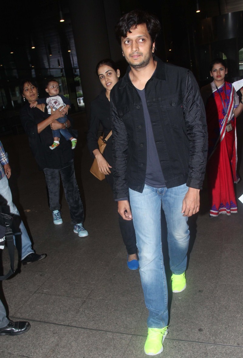 Ritesh Deshmukh,Genelia Deshmukh,Ritesh Deshmukh and Genelia Deshmukh with son snapped at Airport,Ritesh Deshmukh and Genelia Deshmukh