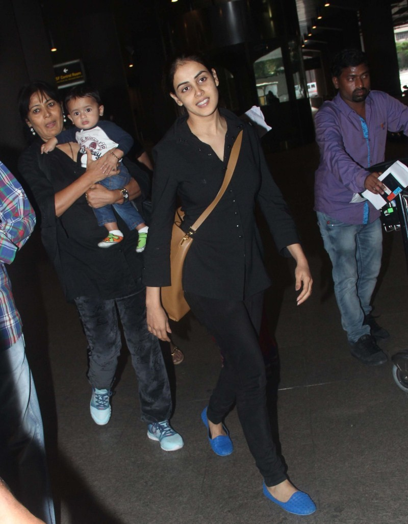 Ritesh Deshmukh,Genelia Deshmukh,Ritesh Deshmukh and Genelia Deshmukh with son snapped at Airport,Ritesh Deshmukh and Genelia Deshmukh