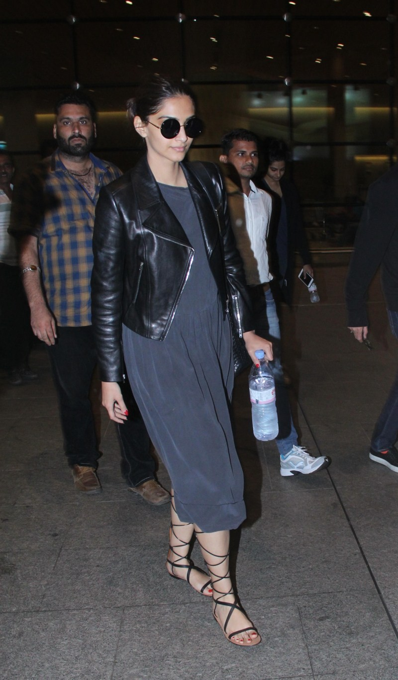 Sonam Kapoor,Anil Kapoor,Sonam Kapoor and Anil Kapoor snapped at Airport,Sonam Kapoor and Anil Kapoor,Sonam Kapoor at Airport,Anil Kapoor at Airport,Sonam Kapoor pics,Sonam Kapoor images,Sonam Kapoor photos,Sonam Kapoor stills,Sonam Kapoor pictures