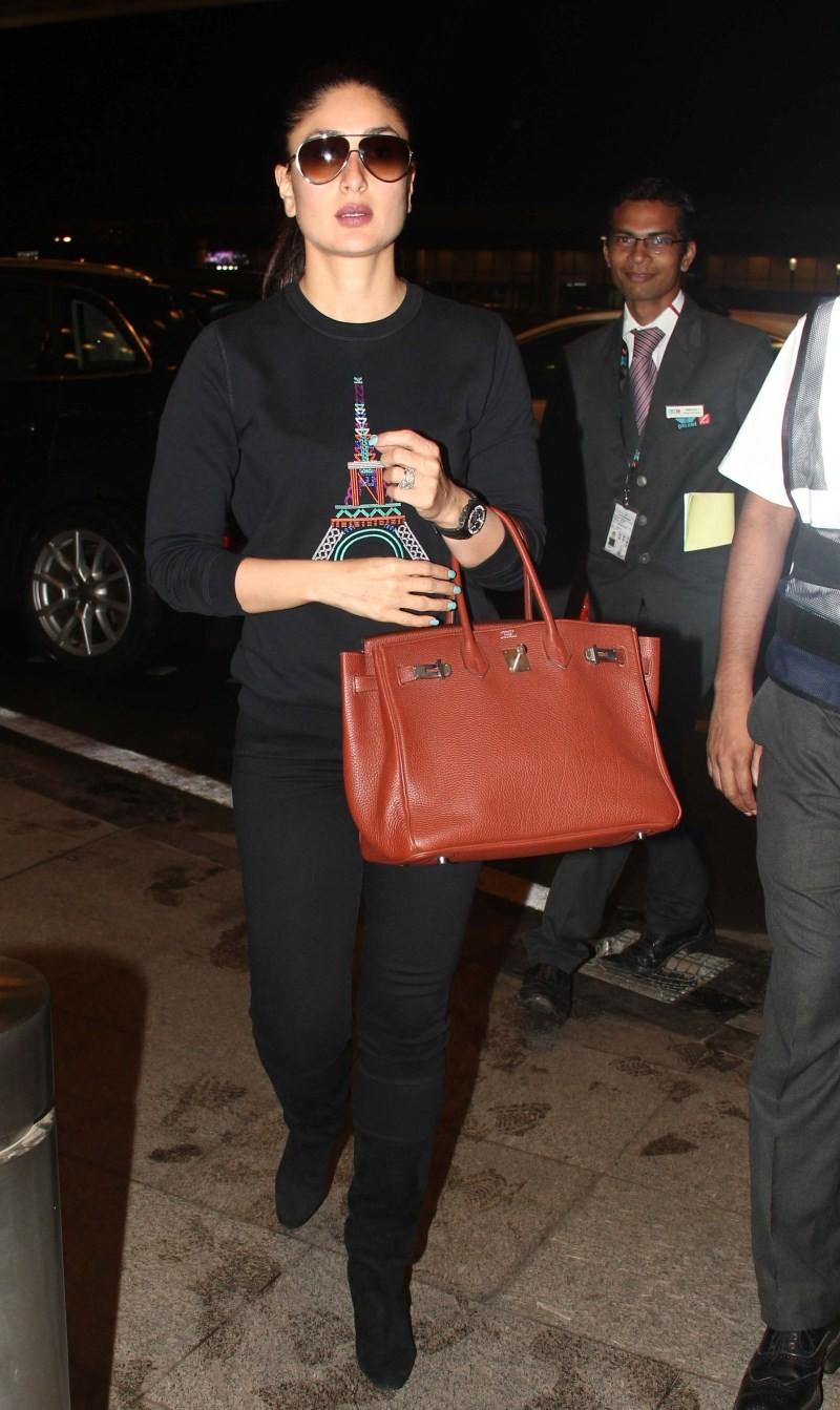 Kareena Kapoor,Kareena Kapoor spotted at Mumbai International airport,Kareena Kapoor spotted at airport,Kareena Kapoor pics,Kareena Kapoor images,Kareena Kapoor stills,Kareena Kapoor photos,Kareena Kapoor pictures,actress Kareena Kapoor