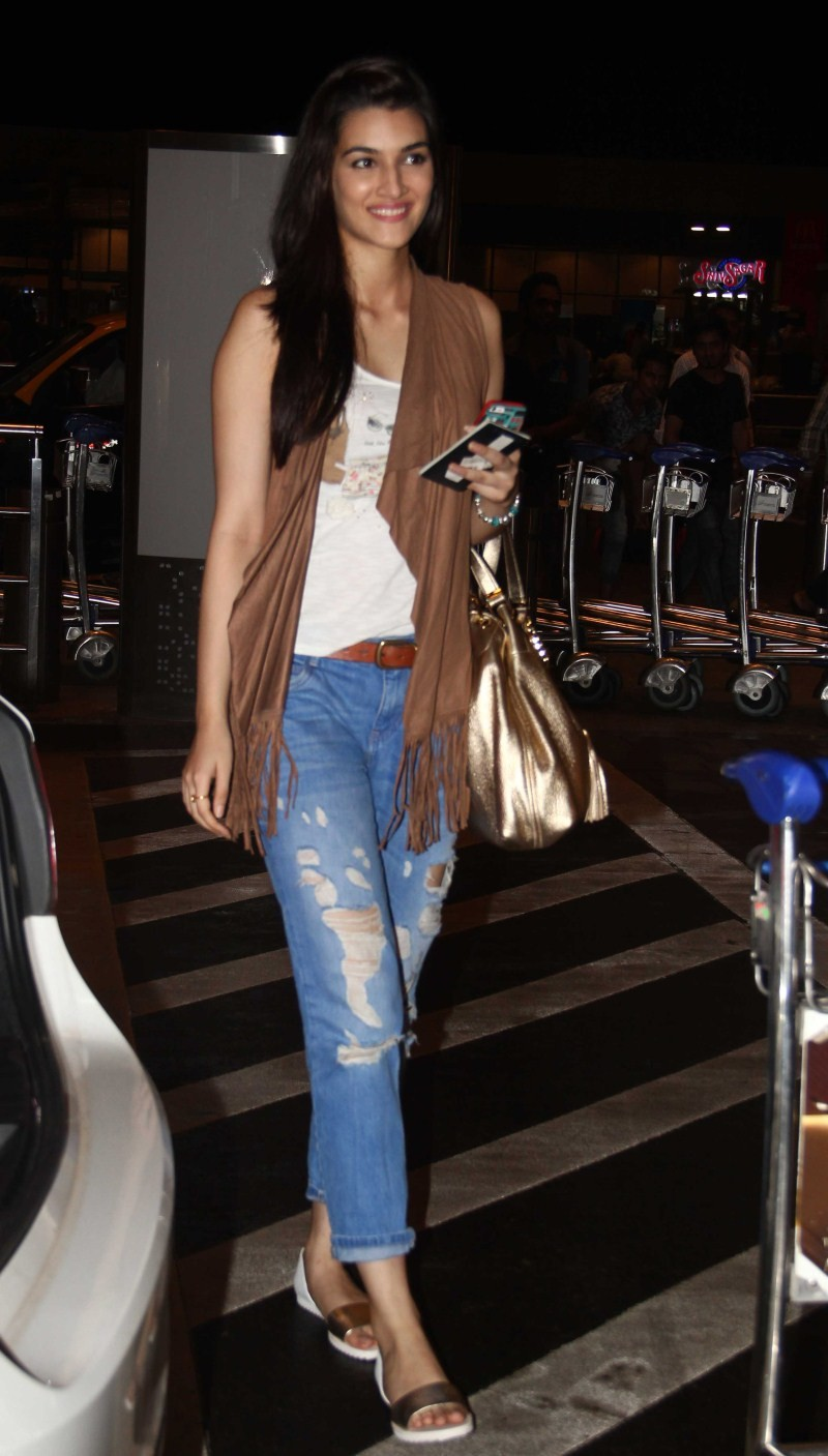 Kriti Sanon,Varun Dhawan,Kriti Sanon and Varun Dhawan,Kriti Sanon snapped at International Airport,Varun Dhawan snapped at International Airport,actress Kriti Sanon,Kriti Sanon pics,Kriti Sanon images,Kriti Sanon photos,Kriti Sanon stills,Kriti Sanon pict