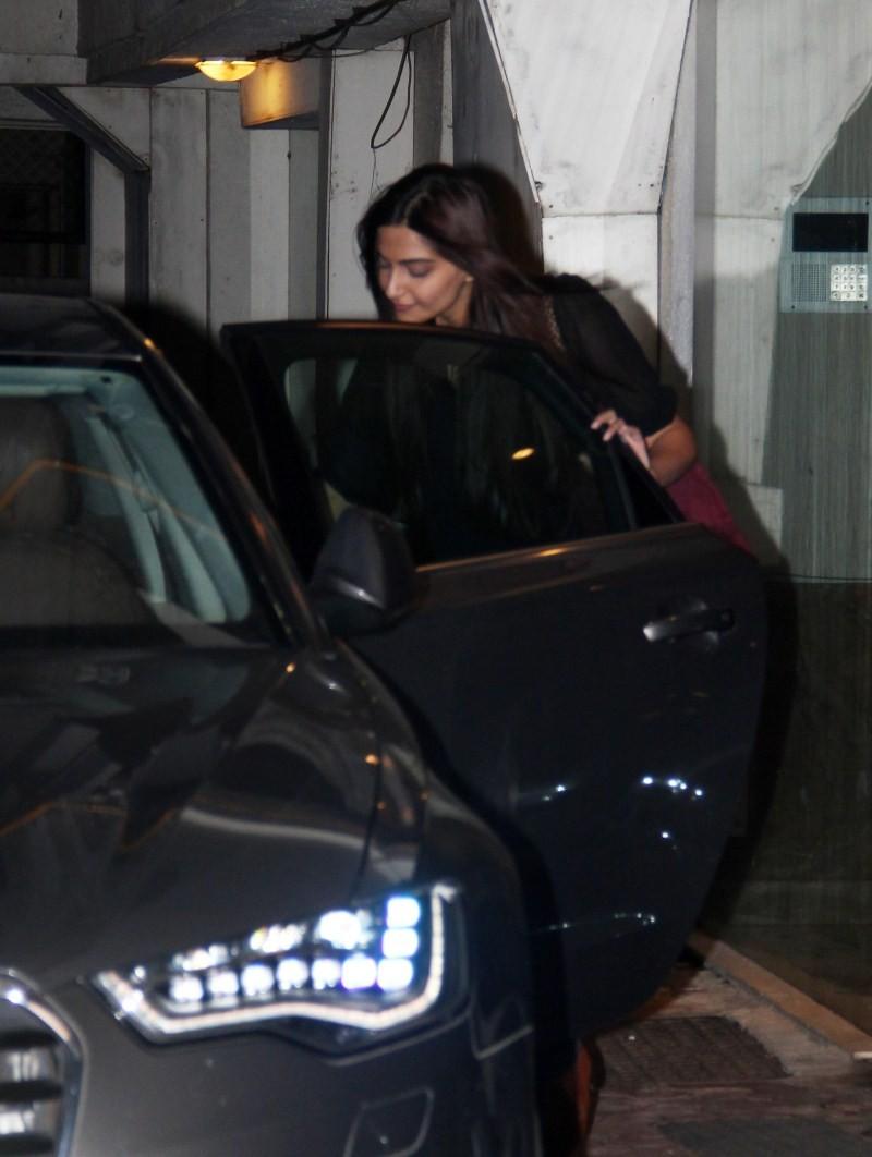 Sonam Kapoor,Sonam Kapoor Snapped at Arjun Kapoor House,actress Sonam Kapoor,Arjun Kapoor,Arjun Kapoor bithday,Arjun Kapoor bithday party