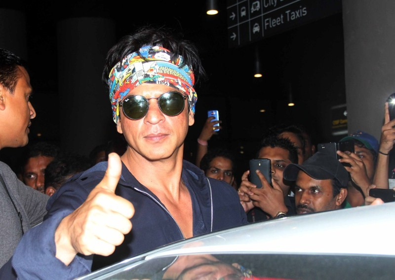 Shah Rukh Khan,Shah Rukh Khan Snapped at International Airport,SRK Snapped at International Airport,Shah Rukh Khan at International Airport,Shah Rukh Khan pics,Shah Rukh Khan images,Shah Rukh Khan photos,Shah Rukh Khan stills,Shah Rukh Khan pictures,Shah