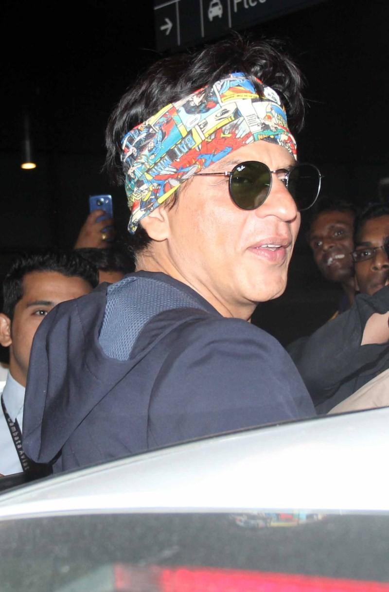 Shah Rukh Khan,Shah Rukh Khan Snapped at International Airport,SRK Snapped at International Airport,Shah Rukh Khan at International Airport,Shah Rukh Khan pics,Shah Rukh Khan images,Shah Rukh Khan photos,Shah Rukh Khan stills,Shah Rukh Khan pictures,Shah