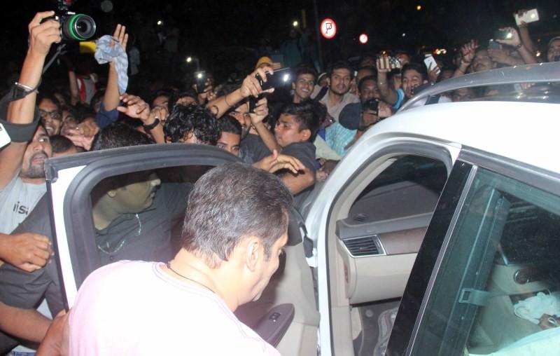 Salman Khan,actor Salman Khan,Salman Khan spotted in Bandra,Salman Khan in Bandra,Salman Khan Latest Pics,Salman Khan Latest images,Salman Khan Latest photos,Salman Khan Latest stills,Salman Khan Latest pictures,Salman Khan pics