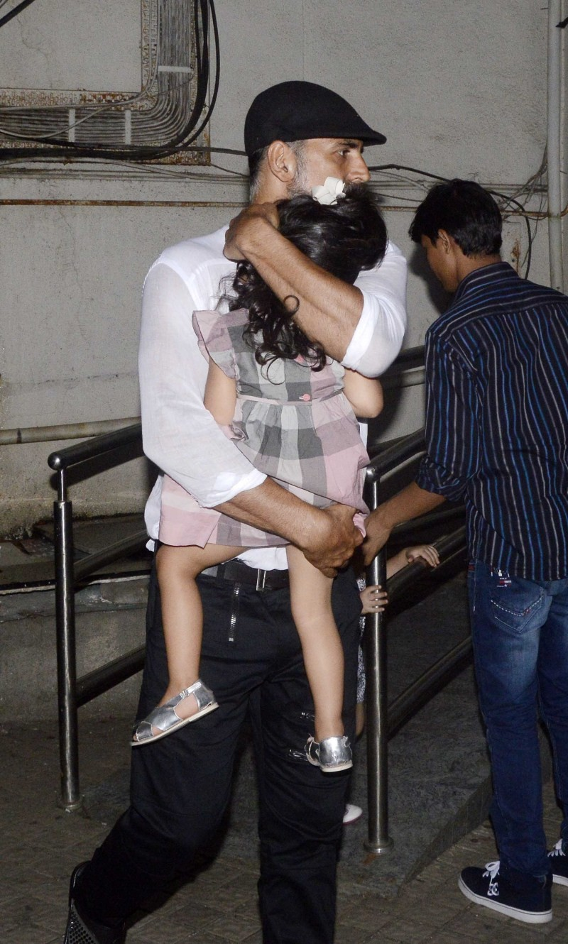 Akshay Kumar,Akshay Kumar snapped with Daughter at PVR Juhu,Akshay Kumar with his Daughter,Akshay Kumar with his Daughter at PVR Juhu,actor Akshay Kumar,Akshay Kumar pics,Akshay Kumar images,Akshay Kumar photos,Akshay Kumar stills,Akshay Kumar pictures,Ni