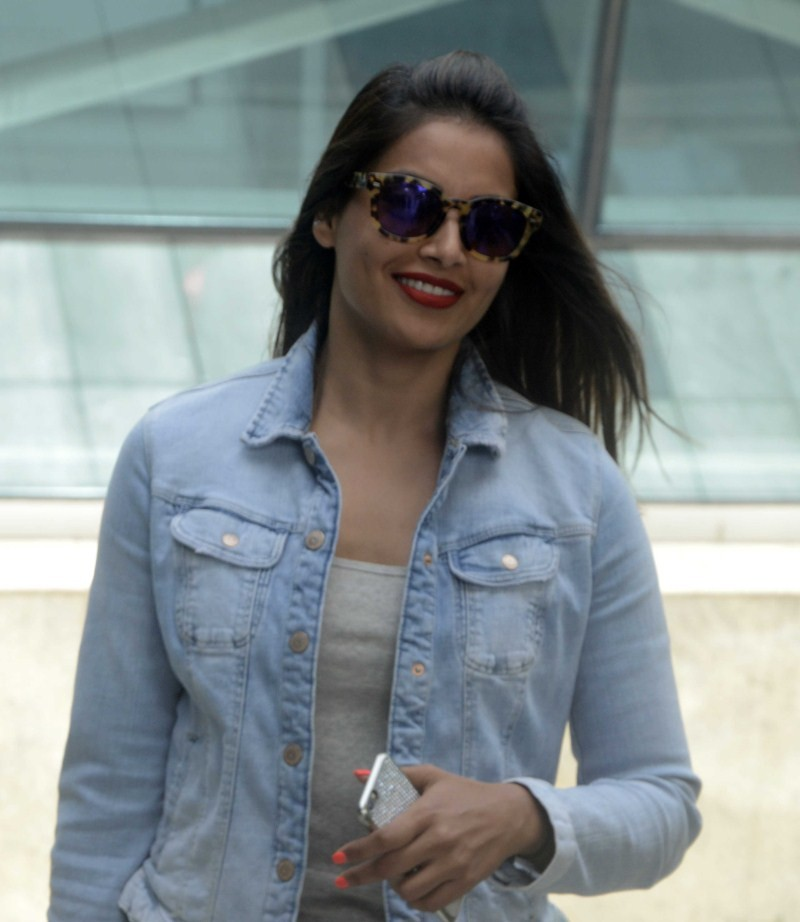 Bipasha Basu,Bipasha Basu spotted at Domestic Airport,actress Bipasha Basu,Bipasha Basu at Domestic Airport,Bipasha Basu pics,Bipasha Basu images,Bipasha Basu photos,Bipasha Basu stills,Bipasha Basu pictures