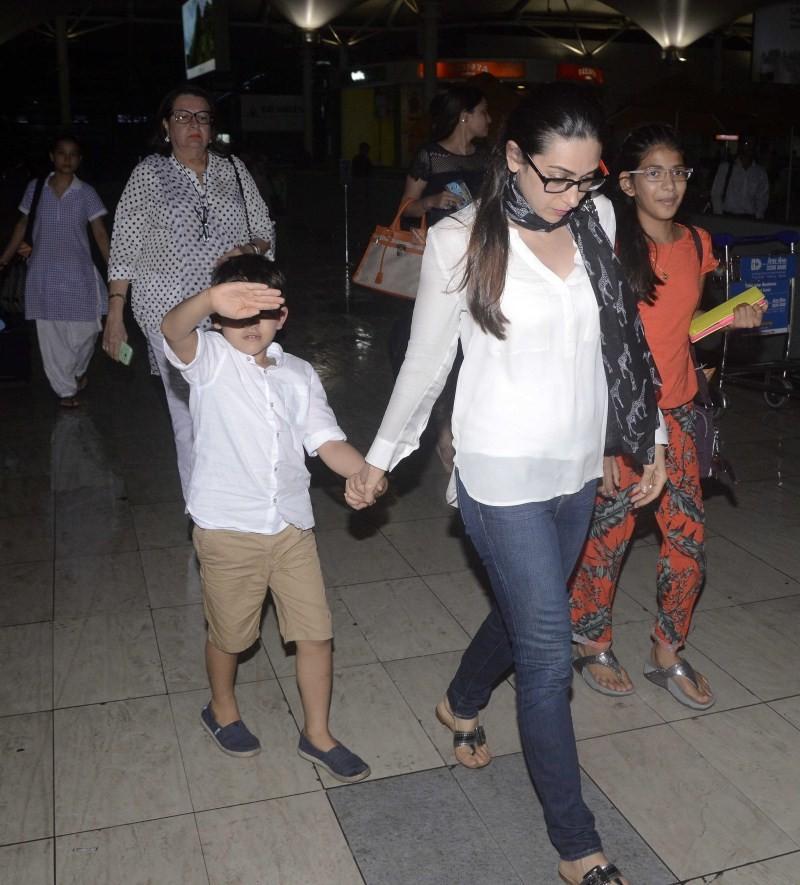 Karisma Kapoor,actress Karisma Kapoor,Karisma Kapoor snapped at the airport with her Kids,Karisma Kapoor with her Kids,Karisma Kapoor pics,Karisma Kapoor images,Karisma Kapoor photos,Karisma Kapoor stills,Karisma Kapoor pictures