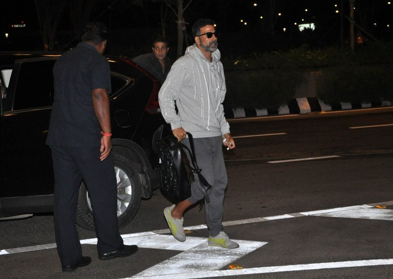 Akshay Kumar,actor  Akshay Kumar,Akshay Kumar snapped at the airport,Akshay Kumar snapped at airport,Singh Is Bling,Akshay Kumar's Singh Is Bling,Akshay Kumar pics,Akshay Kumar images,Akshay Kumar photos,Akshay Kumar stills