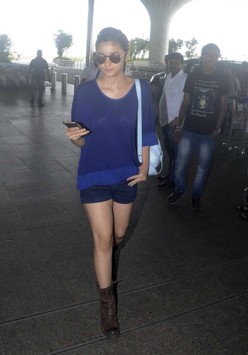 Alia Bhatt,actress Alia Bhatt,Alia Bhatt Spotted at International Airport,Alia Bhatt Spotted at Airport,Alia Bhatt latest pics,Alia Bhatt latest images,Alia Bhatt latest photos,Alia Bhatt latest stills,Alia Bhatt latest pictures