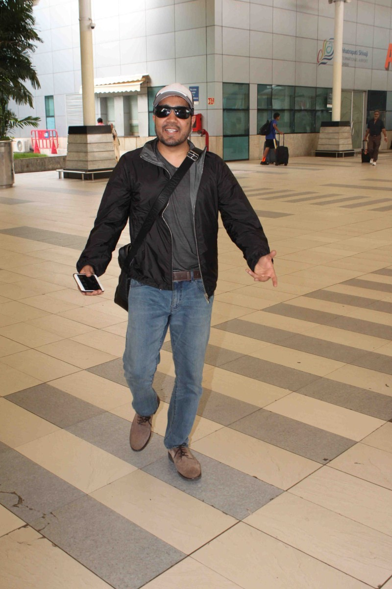 Mika Singh snapped at Mumbai Airport,Mika Singh snapped at Airport,Mika Singh,SInger Mika Singh,Mika Singh Latest Pics,Mika Singh Latest Images,Mika Singh Latest Photos,Mika Singh Latest Stills,Mika Singh Latest pictures,Mika Singh Latest stills