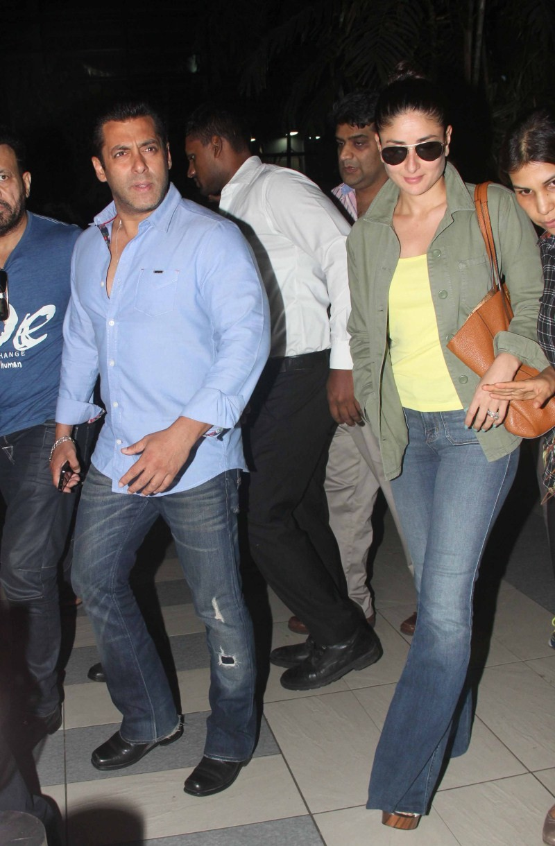 Salman Khan,Kareena Kapoor,Salman Khan and Kareena Kapoor,Bajrangi Bhaijaan,Salman Khan and Kareena Kapoor spotted at Mumbai Airport,Salman Khan spotted at Mumbai Airport,Kareena Kapoor spotted at Mumbai Airport