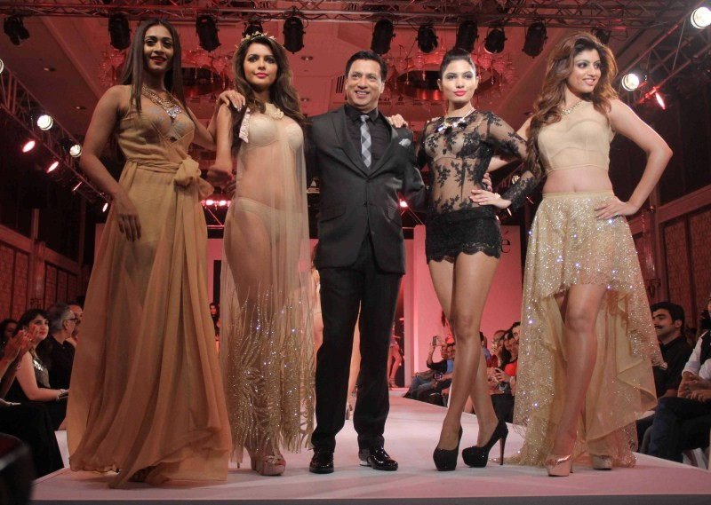 Madhur Bhandarkar,Madhur Bhandarkar unveils his Calendar Girls at a fashion show,Calendar Girls,Calendar Girls movie promotion,bollywood movie Calendar Girls,fashion show,fashion show event,fashion show 2015