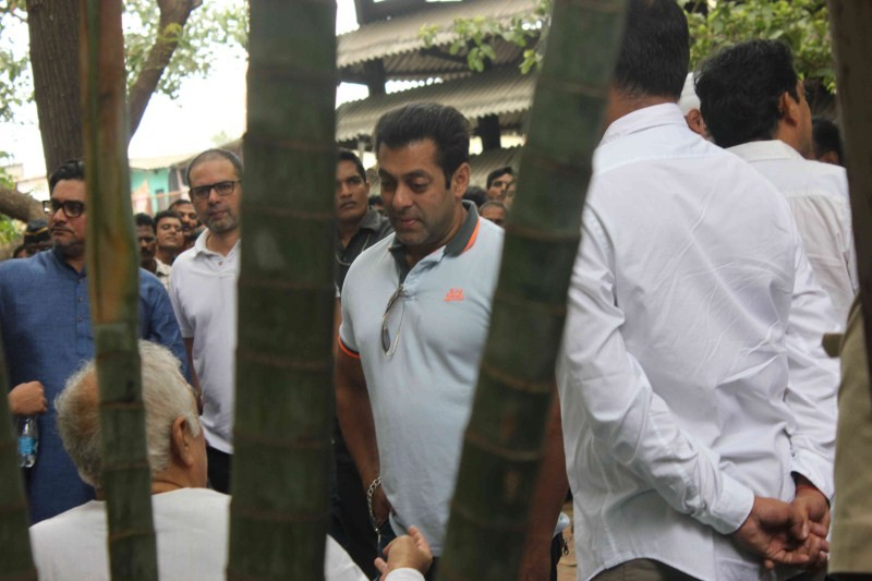Salman Khan attend funeral of Prashant Gunjalkar's father,Salman Khan,actor Salman Khan,Salman Khan at Prashant Gunjalkar's father funeral,Prashant Gunjalkar's father funeral,Salman Khan latest pics,Salman Khan latest images,Salman Khan latest photos,Salm