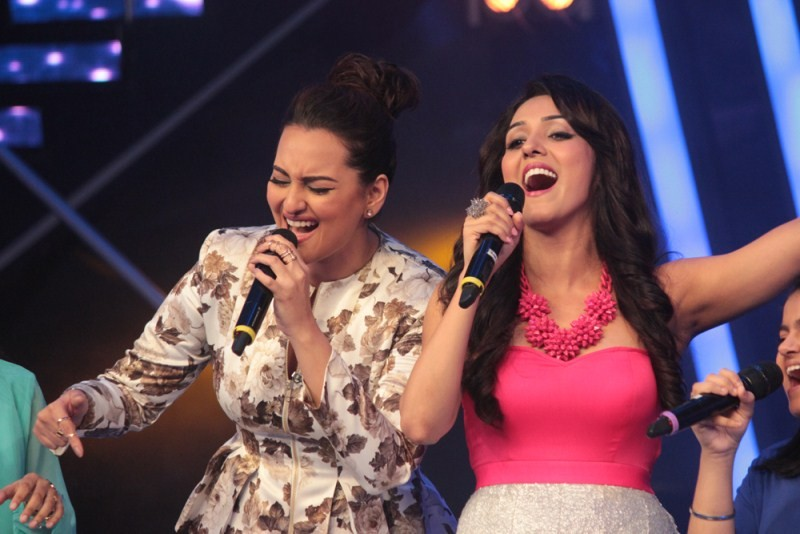 Sonakshi Sinha,Sonakshi Sinha Performs with Neeti Mohan on Indian Idol Junior,Neeti Mohan,Indian Idol Junior,Har Kisko Nahi Milta,Sonakshi Sinha croons Har Kisiko Nahin Milta,Sonakshi Sinha latest pics,Sonakshi Sinha latest images,Sonakshi Sinha latest ph