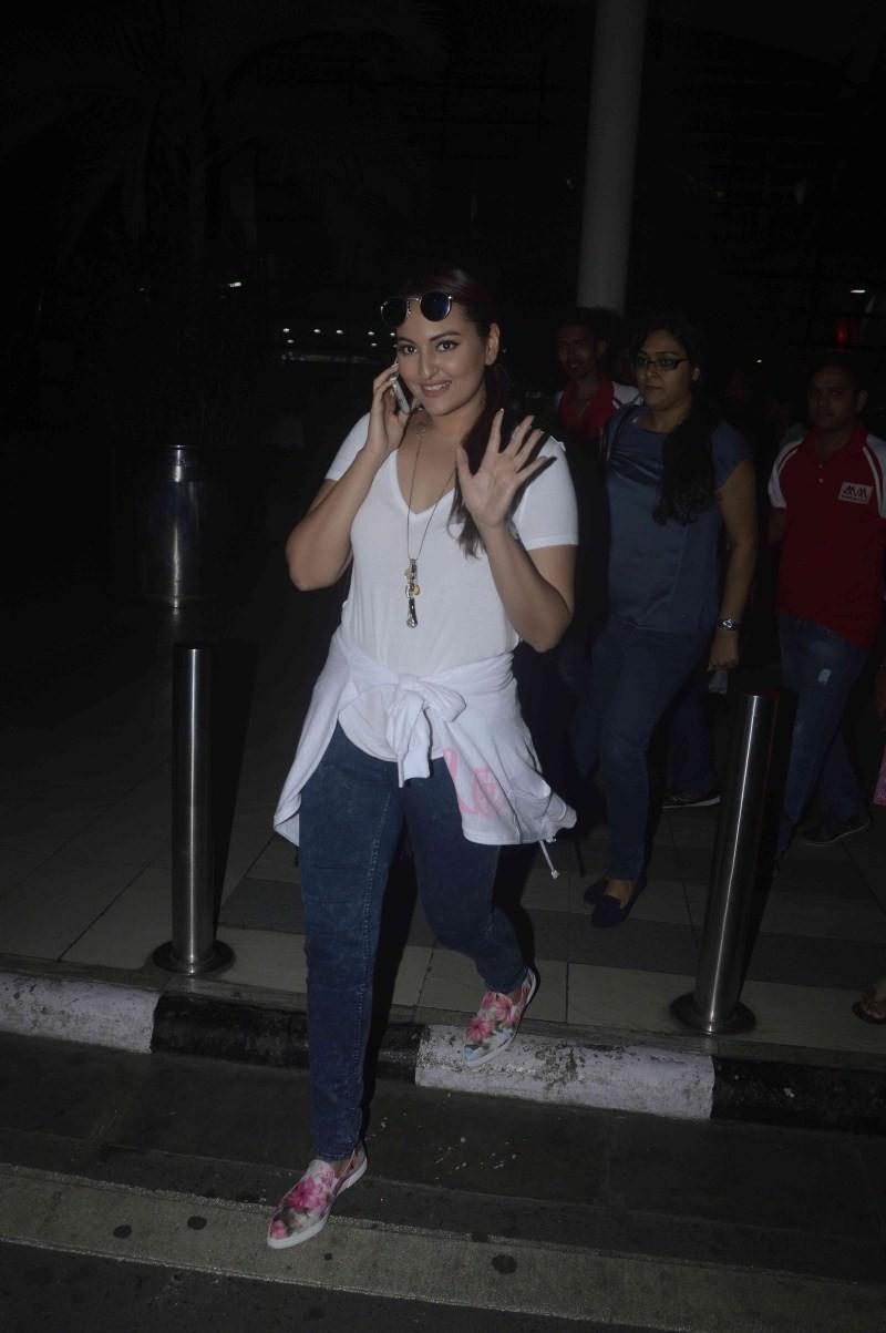 Sonakshi Sinha,actress Sonakshi Sinha,Sonakshi Sinha snapped at Mumbai Airport,Sonakshi Sinha latest pics,Sonakshi Sinha latest images,Sonakshi Sinha latest photos,Sonakshi Sinha latest pictures