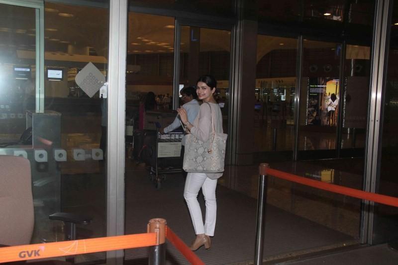 Prachi Desai,actress Prachi Desai,Prachi Desai Spotted at International Airport,Prachi Desai Spotted at Airport,Prachi Desai latest pics,Prachi Desai latest images,Prachi Desai latest photos,Prachi Desai latest stills,Prachi Desai latest pictures