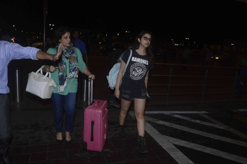 Parineeti Chopra,actress Parineeti Chopra,Parineeti Chopra spotted at Mumbai Airport,Parineeti Chopra at Mumbai Airport,Parineeti Chopra latest pics,Parineeti Chopra latest images,Parineeti Chopra latest photos,Parineeti Chopra latest stills,Parineeti Cho