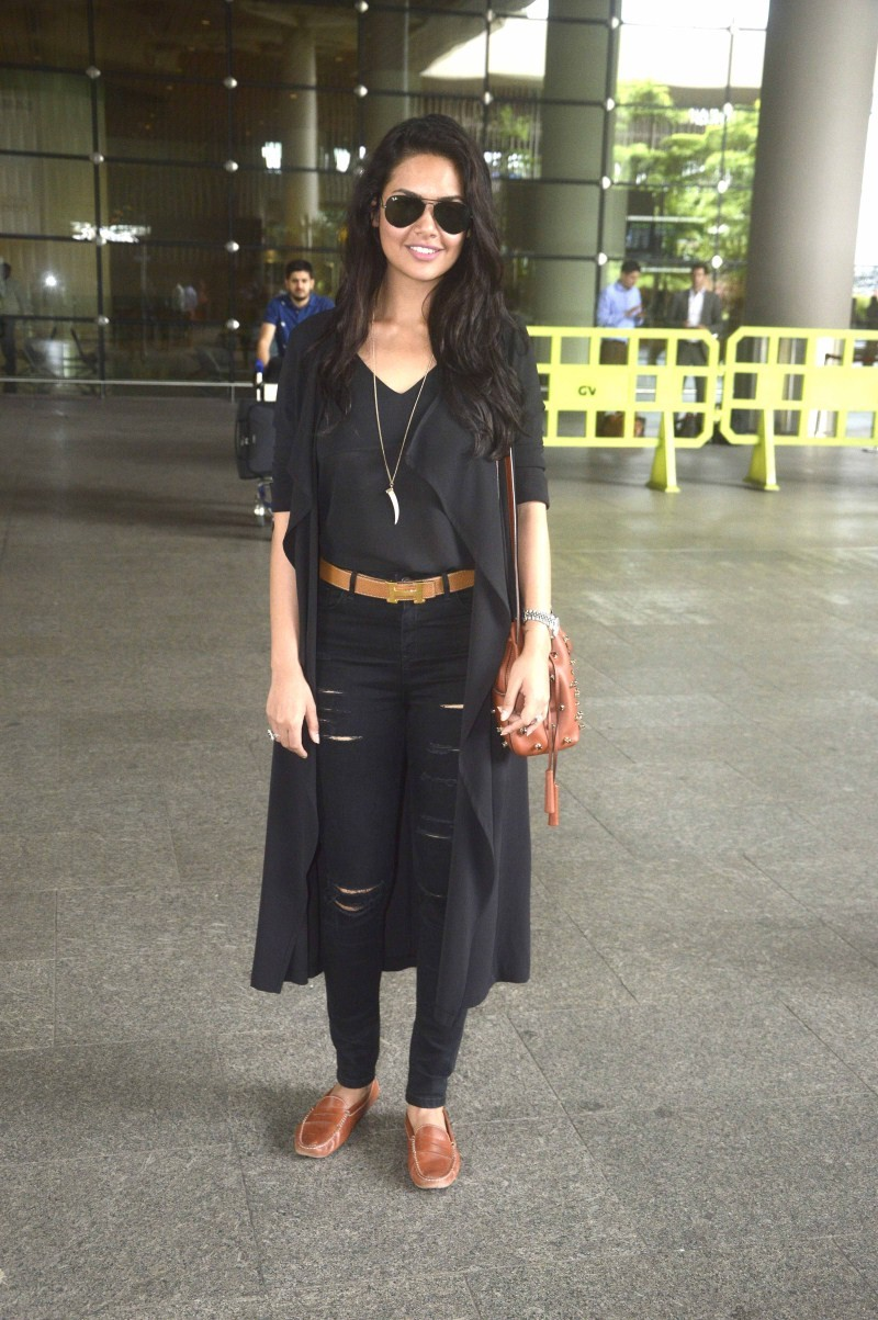 Esha Gupta,Esha Gupta snapped at Airport,actress Esha Gupta,Esha Gupta snapped at Domestic Airport Mumbai,Esha Gupta latest pics,Esha Gupta latest images,Esha Gupta latest photos,Esha Gupta latest stills,Esha Gupta latest pictures,Esha Gupta latest galler