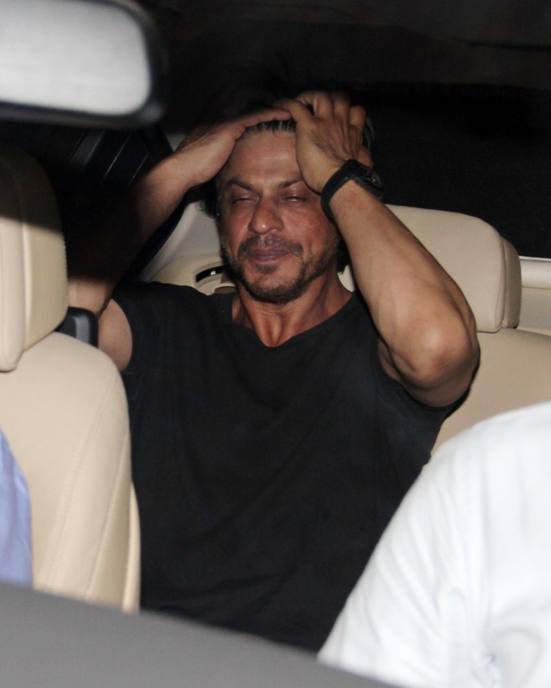 Shahrukh Khan,srk,Shah Rukh Khan,Shahrukh Khan spotted at Bandra Restaurant,Shahrukh Khan spotted at Bandra,Shahrukh Khan latest pics,Shahrukh Khan latest images,Shahrukh Khan latest stills,Shahrukh Khan latest pictures,Shahrukh Khan latest gallery,Morani