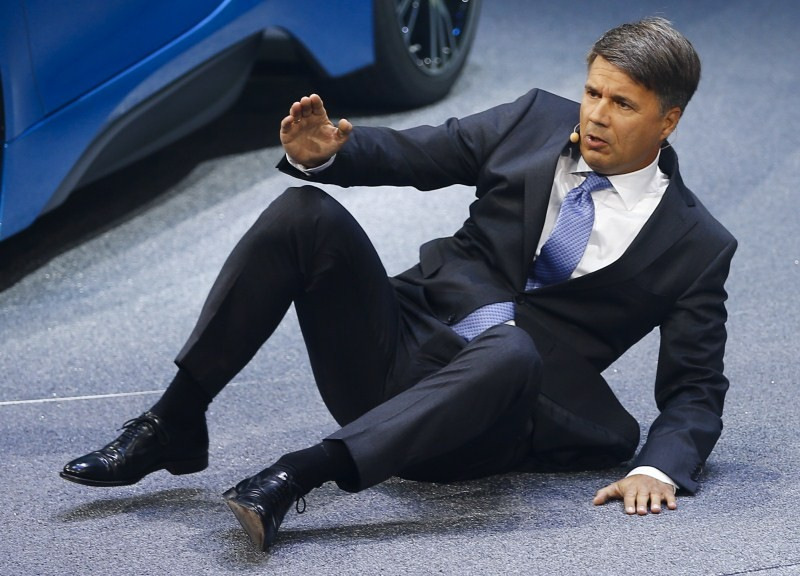 Harald Krueger,Harald Krueger Faints on Stage,BMW CEO Harald Krueger,BMW CEO,BMW CEO Faints on Stage,BMW,BMW car,Frankfurt Motor Show