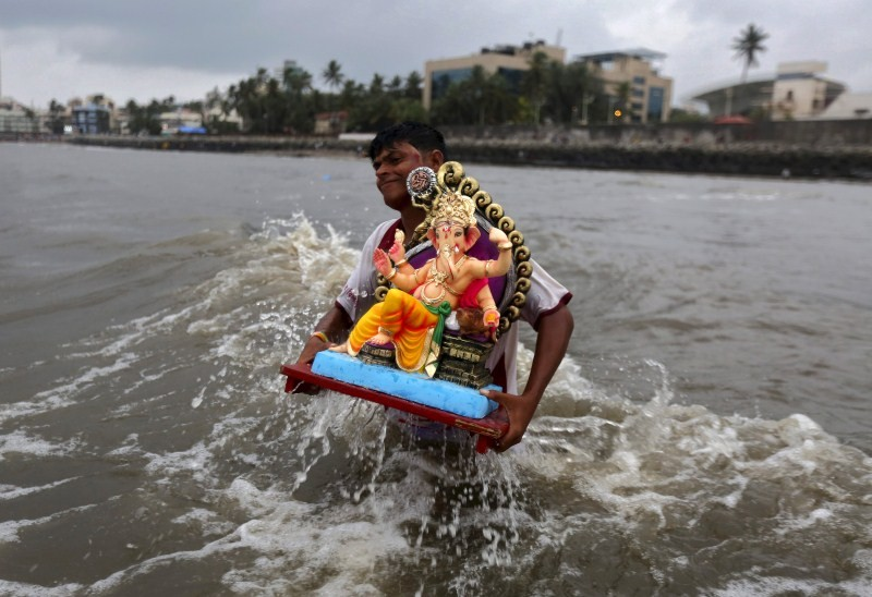Ganesh idol immersion,Ganesh idol immersion 2015,Ganesh immersion,Ganesh Chaturthi,Ganesh Chaturthi 2015,Visarjan,Ganpati Visarjan,Ganapati idol in water