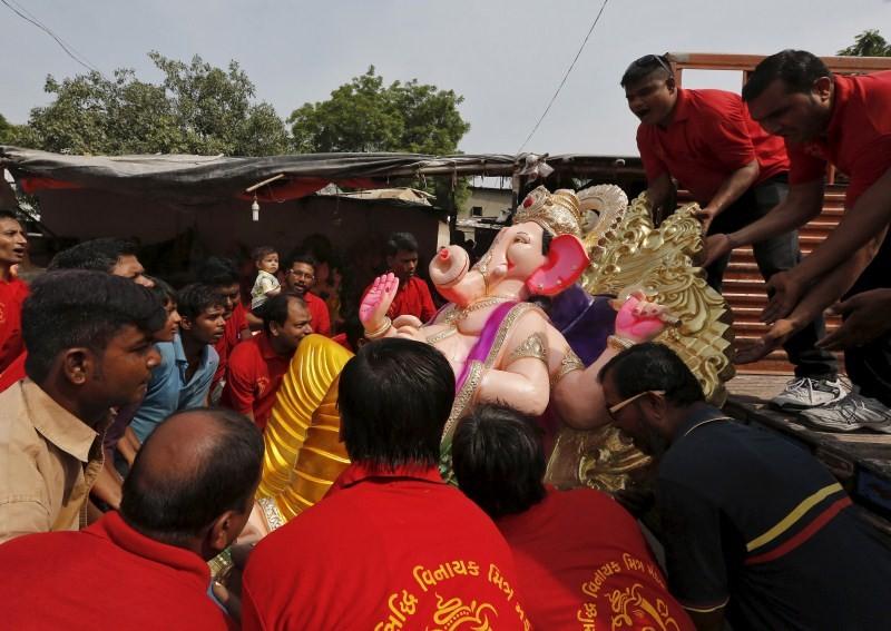 Ganesh idol immersion,Ganesh idol immersion 2015,Ganesh immersion,Ganesh Chaturthi,Ganesh Chaturthi 2015,Visarjan,Ganpati Visarjan,Ganapati idol in water