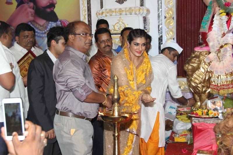 Raveena Tandon,actress Raveena Tandon,Raveena Tandon unveils world's biggest Besan Ladoo,world's biggest Besan Ladoo,biggest Besan Ladoo,Besan Ladoo,Raveena Tandon latest pics,Raveena Tandon latest images,Raveena Tandon latest photos,Raveena Tan