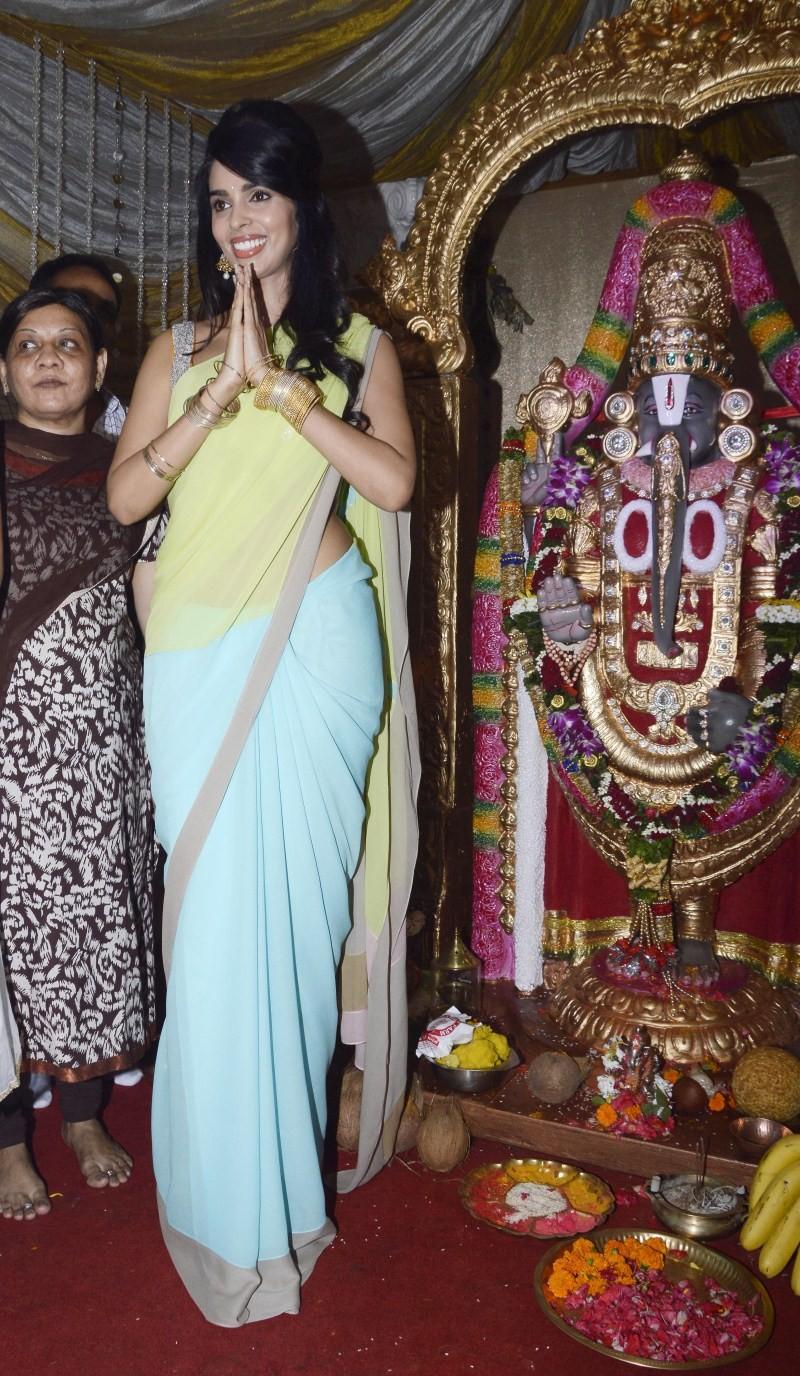 Mallika Sherawat,actress Mallika Sherawat,Mallika Sherawat visits Ganpati Bappa,Mallika Sherawat visits Ganpati Bappa of Ranjit Studio,Ganpati Bappa of Ranjit Studio,Ganpati Bappa,Ganpati celebration