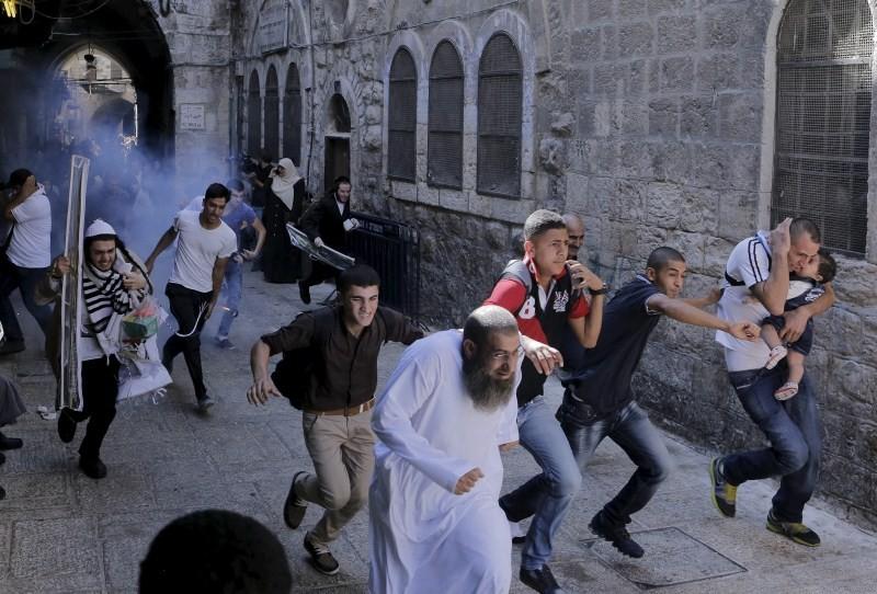 Clashes at Jerusalem,Jerusalem holy site,Jewish holiday starts,Israeli police,Israeli police and Palestinians clash,Palestinians,Jewish and Muslim holidays