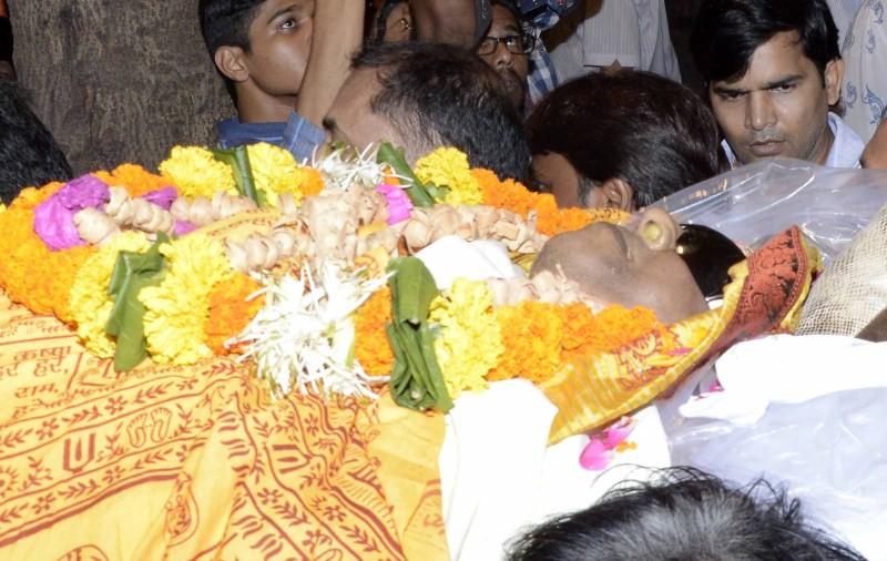 Ravindra Jain funeral,Hema Malini,Priya Dutt,Hema Malini at Ravindra Jain's funeral,Ravindra Jain,Ravindra Jain funeral pics,Ravindra Jain funeral images,Ravindra Jain funeral photos,Ravindra Jain funeral pictures