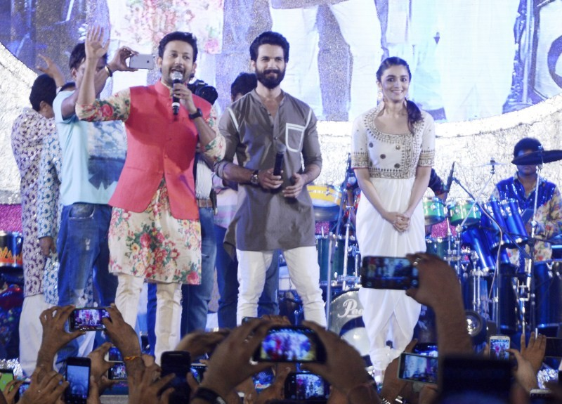 Shahid Kapoor and Alia Bhatt,Shahid Kapoor,Alia Bhatt,Shaandaar,Dandia,Garbha,Shaandaar movie promotion