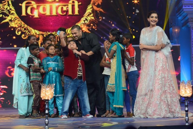 Salman Khan,Sonam Kapoor,Elli Avram,Prem Rata Dhan Payo Promotions on Life OK Channel,Prem Rata Dhan Payo Promotions,Prem Rata Dhan Payo movie Promotions