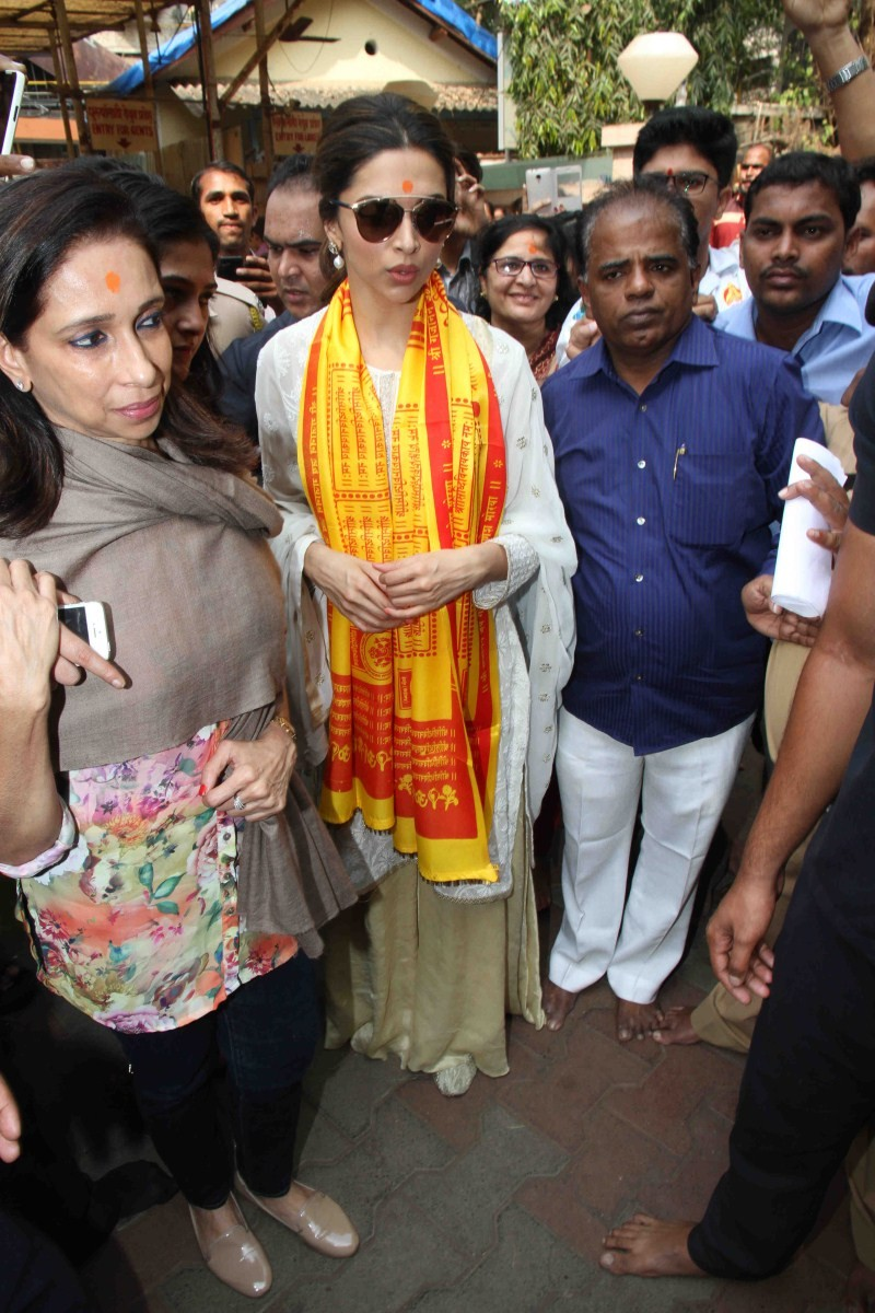 Deepika Padukone,Deepika Padukone at Siddhivinayak Temple,Ranbir Kapoor,Siddhivinayak Temple,Tamasha,Tamasha release,Tamasha sucess,actress Deepika Padukone,Deepika Padukone latest pics,Deepika Padukone latest images,Deepika Padukone latest photos,Deepika