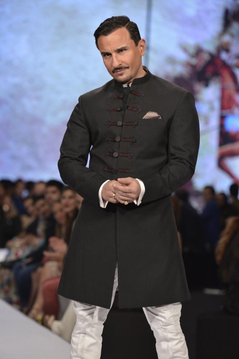 Saif Ali Khan,Saif Ali Khan ramp walk,Saif Ali Khan walks the ramp for Raghavendra Rathore,Bollywood actor Saif Ali Khan,actor Saif Ali Khan