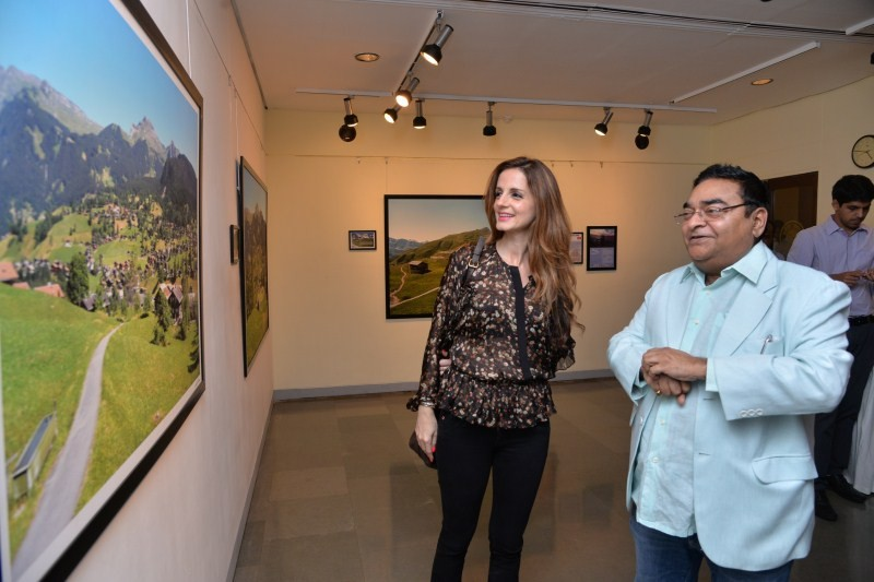 Sussane Khan,Sussane Khan inaugurates Mukesh Batra's art exhibition,Sussane Khan inaugurates art exhibition,Dr. Mukesh Batra's art exhibition,Dr. Mukesh Batra