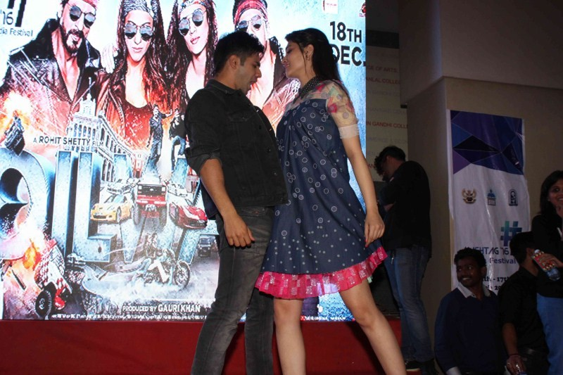 Dilwale,Dilwale promotion,Varun Dhawan,Kriti Sanon,Varun Dhawan and Kriti Sanon,bollywood movie Dilwale