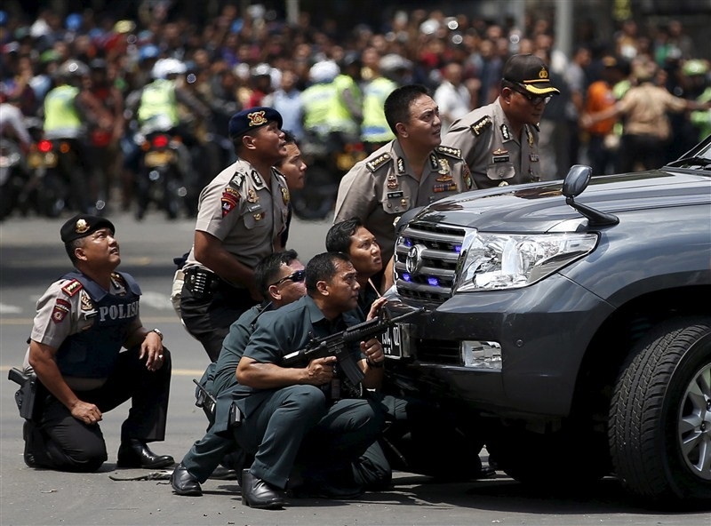Bombs at Indonesian capital,gunfire at Indonesian capital,Bombs and gunfire rock Indonesian capital,explosions,Jakarta attacks,gunfire,suicide bomber